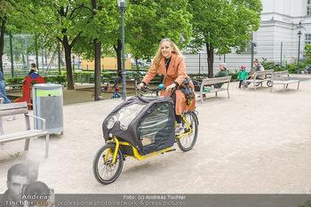 Interview mit Lilian Klebow - Weghuberpark, Wien - Do 06.05.2021 - Lilian Billie KLEBOW mit ihrem Fahrrad5