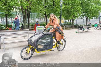 Interview mit Lilian Klebow - Weghuberpark, Wien - Do 06.05.2021 - Lilian Billie KLEBOW mit ihrem Fahrrad6