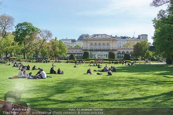 Interview mit Stefano Bernardin - Stadtpark, Wien - Do 06.05.2021 - Stadtpark mit Kursalon bei Schönwetter, Menschen während Coron23
