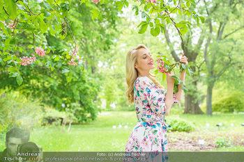Fotoshooting mit Silvia Schneider - Innenstadt Wien - Di 18.05.2021 - Silvia SCHNEIDER im botanischen Garten16