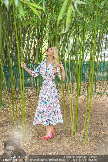 Fotoshooting mit Silvia Schneider - Innenstadt Wien - Di 18.05.2021 - Silvia SCHNEIDER im botanischen Garten19