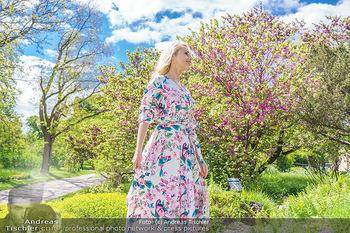 Fotoshooting mit Silvia Schneider - Innenstadt Wien - Di 18.05.2021 - Silvia SCHNEIDER im botanischen Garten23