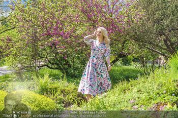 Fotoshooting mit Silvia Schneider - Innenstadt Wien - Di 18.05.2021 - Silvia SCHNEIDER im botanischen Garten24