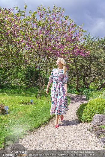 Fotoshooting mit Silvia Schneider - Innenstadt Wien - Di 18.05.2021 - Silvia SCHNEIDER im botanischen Garten28