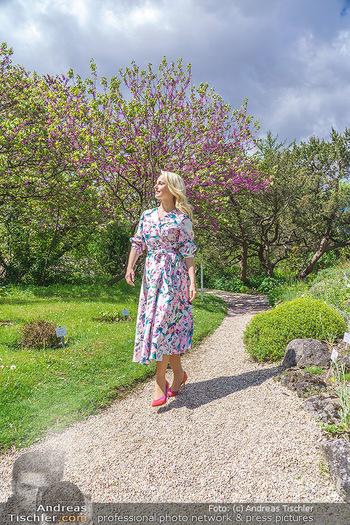 Fotoshooting mit Silvia Schneider - Innenstadt Wien - Di 18.05.2021 - Silvia SCHNEIDER im botanischen Garten29