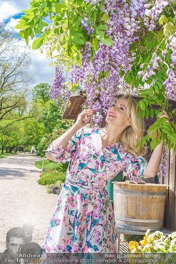 Fotoshooting mit Silvia Schneider - Innenstadt Wien - Di 18.05.2021 - Silvia SCHNEIDER im botanischen Garten31