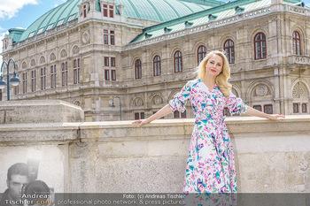 Fotoshooting mit Silvia Schneider - Innenstadt Wien - Di 18.05.2021 - Silvia SCHNEIDER am Albertina-Plateau vor der Wiener Staatsoper32