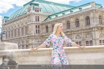 Fotoshooting mit Silvia Schneider - Innenstadt Wien - Di 18.05.2021 - Silvia SCHNEIDER am Albertina-Plateau vor der Wiener Staatsoper33