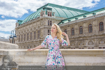 Fotoshooting mit Silvia Schneider - Innenstadt Wien - Di 18.05.2021 - Silvia SCHNEIDER am Albertina-Plateau vor der Wiener Staatsoper34