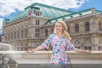 Fotoshooting mit Silvia Schneider - Innenstadt Wien - Di 18.05.2021 - Silvia SCHNEIDER am Albertina-Plateau vor der Wiener Staatsoper35