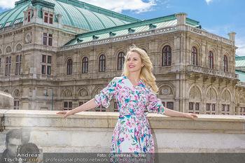 Fotoshooting mit Silvia Schneider - Innenstadt Wien - Di 18.05.2021 - Silvia SCHNEIDER am Albertina-Plateau vor der Wiener Staatsoper36