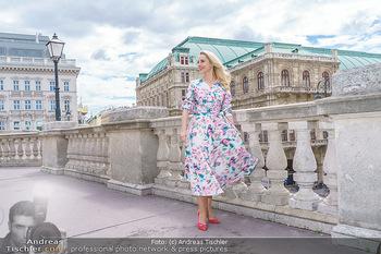 Fotoshooting mit Silvia Schneider - Innenstadt Wien - Di 18.05.2021 - Silvia SCHNEIDER am Albertina-Plateau vor der Wiener Staatsoper37