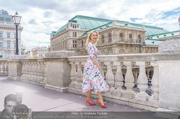 Fotoshooting mit Silvia Schneider - Innenstadt Wien - Di 18.05.2021 - Silvia SCHNEIDER am Albertina-Plateau vor der Wiener Staatsoper38