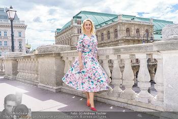 Fotoshooting mit Silvia Schneider - Innenstadt Wien - Di 18.05.2021 - Silvia SCHNEIDER am Albertina-Plateau vor der Wiener Staatsoper39
