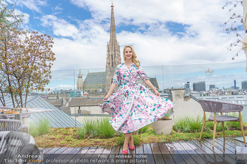 Fotoshooting mit Silvia Schneider - Innenstadt Wien - Di 18.05.2021 - Silvia SCHNEIDER auf der Terrasse der Skybar vor dem Stephansdom40