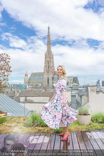 Fotoshooting mit Silvia Schneider - Innenstadt Wien - Di 18.05.2021 - Silvia SCHNEIDER auf der Terrasse der Skybar vor dem Stephansdom41