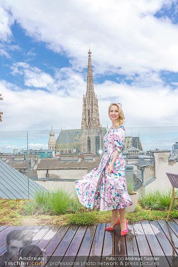 Fotoshooting mit Silvia Schneider - Innenstadt Wien - Di 18.05.2021 - Silvia SCHNEIDER auf der Terrasse der Skybar vor dem Stephansdom42