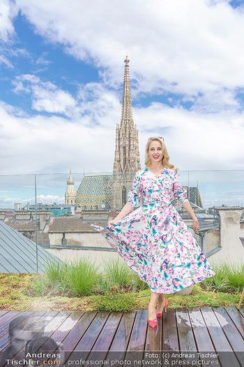 Fotoshooting mit Silvia Schneider - Innenstadt Wien - Di 18.05.2021 - Silvia SCHNEIDER auf der Terrasse der Skybar vor dem Stephansdom43