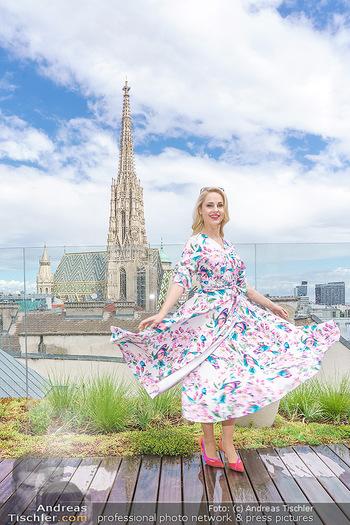 Fotoshooting mit Silvia Schneider - Innenstadt Wien - Di 18.05.2021 - Silvia SCHNEIDER auf der Terrasse der Skybar vor dem Stephansdom44