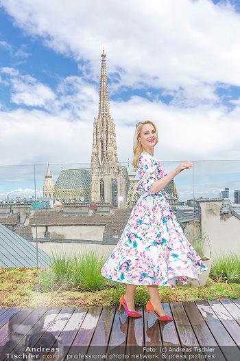 Fotoshooting mit Silvia Schneider - Innenstadt Wien - Di 18.05.2021 - Silvia SCHNEIDER auf der Terrasse der Skybar vor dem Stephansdom45