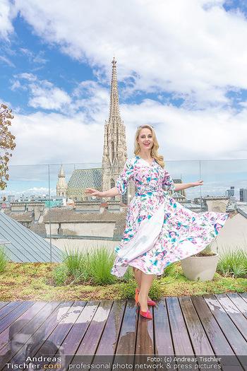 Fotoshooting mit Silvia Schneider - Innenstadt Wien - Di 18.05.2021 - Silvia SCHNEIDER auf der Terrasse der Skybar vor dem Stephansdom46