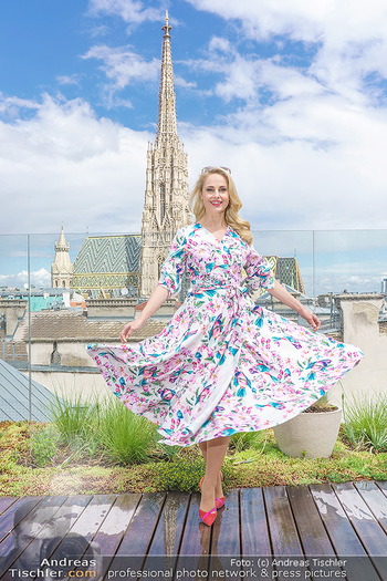 Fotoshooting mit Silvia Schneider - Innenstadt Wien - Di 18.05.2021 - Silvia SCHNEIDER auf der Terrasse der Skybar vor dem Stephansdom47