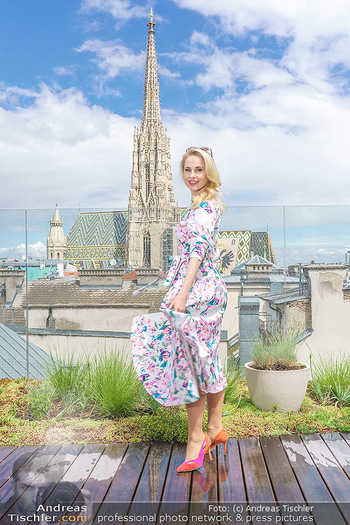 Fotoshooting mit Silvia Schneider - Innenstadt Wien - Di 18.05.2021 - Silvia SCHNEIDER auf der Terrasse der Skybar vor dem Stephansdom48