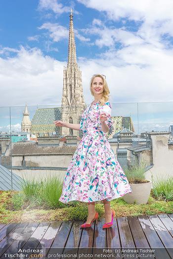 Fotoshooting mit Silvia Schneider - Innenstadt Wien - Di 18.05.2021 - Silvia SCHNEIDER auf der Terrasse der Skybar vor dem Stephansdom49