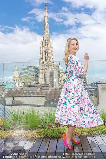 Fotoshooting mit Silvia Schneider - Innenstadt Wien - Di 18.05.2021 - Silvia SCHNEIDER auf der Terrasse der Skybar vor dem Stephansdom50
