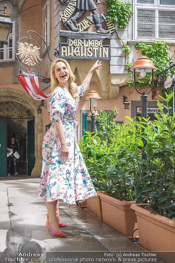Fotoshooting mit Silvia Schneider - Innenstadt Wien - Di 18.05.2021 - Silvia SCHNEIDER beim Der liebe Augustin, Griechenbeisl60