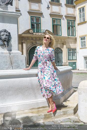 Fotoshooting mit Silvia Schneider - Innenstadt Wien - Di 18.05.2021 - Silvia SCHNEIDER bei Brunnen auf Franziskanerplatz74