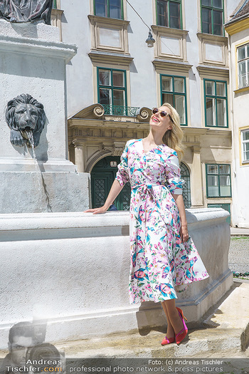 Fotoshooting mit Silvia Schneider - Innenstadt Wien - Di 18.05.2021 - Silvia SCHNEIDER bei Brunnen auf Franziskanerplatz75
