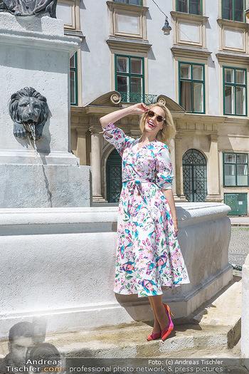 Fotoshooting mit Silvia Schneider - Innenstadt Wien - Di 18.05.2021 - Silvia SCHNEIDER bei Brunnen auf Franziskanerplatz76