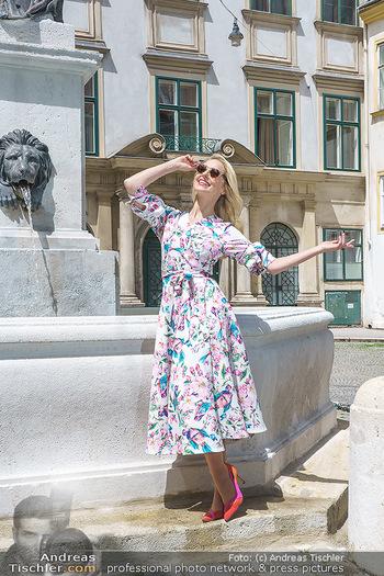 Fotoshooting mit Silvia Schneider - Innenstadt Wien - Di 18.05.2021 - Silvia SCHNEIDER bei Brunnen auf Franziskanerplatz77