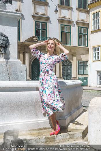 Fotoshooting mit Silvia Schneider - Innenstadt Wien - Di 18.05.2021 - Silvia SCHNEIDER bei Brunnen auf Franziskanerplatz78