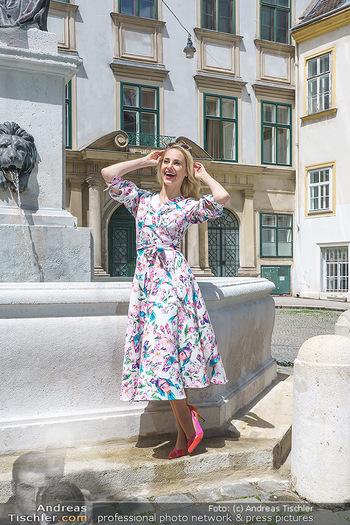 Fotoshooting mit Silvia Schneider - Innenstadt Wien - Di 18.05.2021 - Silvia SCHNEIDER bei Brunnen auf Franziskanerplatz79