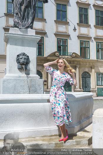 Fotoshooting mit Silvia Schneider - Innenstadt Wien - Di 18.05.2021 - Silvia SCHNEIDER bei Brunnen auf Franziskanerplatz80