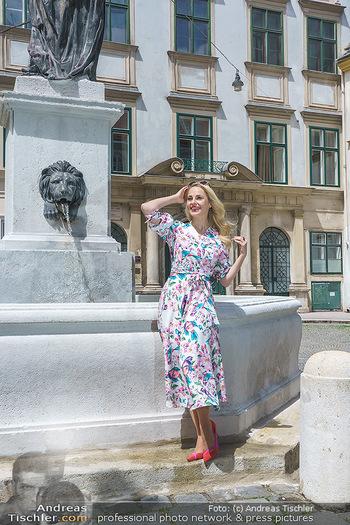 Fotoshooting mit Silvia Schneider - Innenstadt Wien - Di 18.05.2021 - Silvia SCHNEIDER bei Brunnen auf Franziskanerplatz81