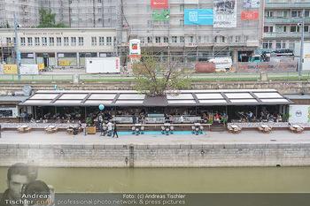 Corona Gastro Re-Opening - Motto am Fluss - Mi 19.05.2021 - Blick auf das Lokal Die Blumenwiese mit ersten Gästen nach Öff9