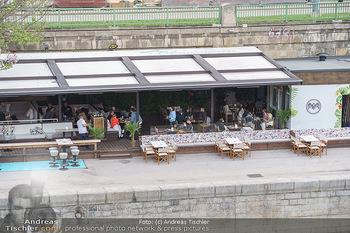 Corona Gastro Re-Opening - Motto am Fluss - Mi 19.05.2021 - Blick auf das Lokal Die Blumenwiese mit ersten Gästen nach Öff10