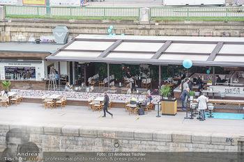 Corona Gastro Re-Opening - Motto am Fluss - Mi 19.05.2021 - Blick auf das Lokal Die Blumenwiese mit ersten Gästen nach Öff11