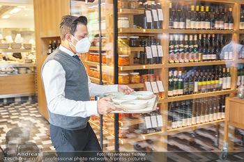 Corona Gastro Re-Opening - Steirereck - Mi 19.05.2021 - Kellner Ober serviert Speisen und Getränke mit Tablet, Gastrono15
