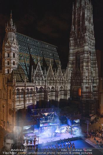 Austria for Life - Stephansplatz, Wien - Fr 28.05.2021 - Stephansdom beleuchtet und Bühne von oben, Stephansplatz53