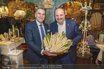 Verleihung Goldener Spargel - Marchfelderhof - Mo 31.05.2021 - Peter GROSSMANN, Johann LAFER mit Korb voll Marchfeldspargel48