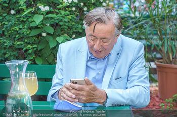 Buchpräsentation Mucha & Sommer - Schreiberhaus - Di 01.06.2021 - Richard LUGNER beim Heurigen, mit Handy und Weinglas40