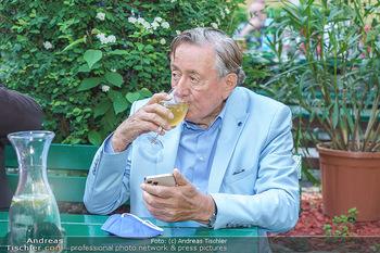 Buchpräsentation Mucha & Sommer - Schreiberhaus - Di 01.06.2021 - Richard LUGNER beim Heurigen, mit Handy und Weinglas41