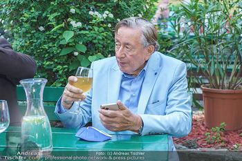 Buchpräsentation Mucha & Sommer - Schreiberhaus - Di 01.06.2021 - Richard LUGNER beim Heurigen, mit Handy und Weinglas42