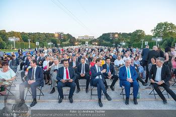 Sommernachtskonzert 2021 - Schönbrunn, Wien - Fr 18.06.2021 - Überblick über Publikum, Regierung Richtung Gloriette1