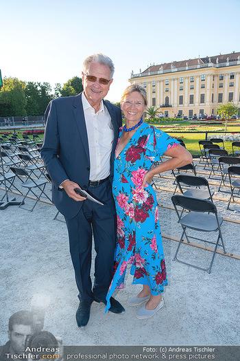 Sommernachtskonzert 2021 - Schönbrunn, Wien - Fr 18.06.2021 - Herbert FECHTER mit Ehefrau Elisabeth7