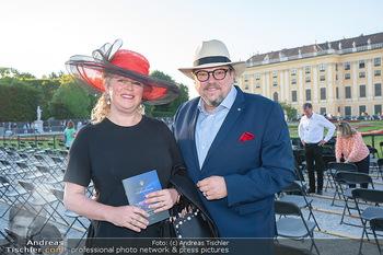 Sommernachtskonzert 2021 - Schönbrunn, Wien - Fr 18.06.2021 - Michael SCHADE mit Ehefrau Dee MCKEE16